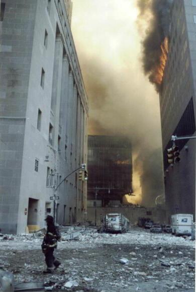 WTC7 terbakar (samping)