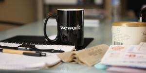 Arbeitstisch mit Notizbuch und Kaffetasse
