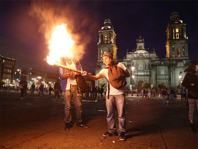 Realizan mitin en el Zócalo por normalistas de Ayotzinapa