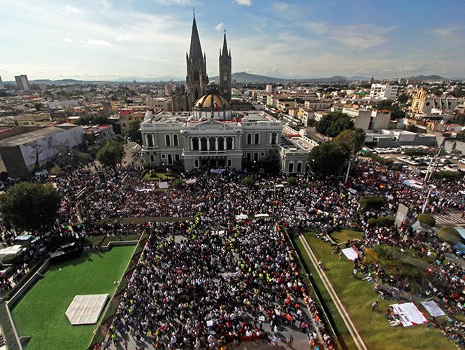 Miles de personas protestaron en el centro de Guadalajara por la muerte de Ricardo Esparza y por la desaparición de los 43 normalistas de Ayotzinapa