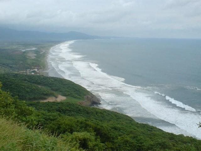 A poca distancia del pueblo de Aquila se localizan playas.