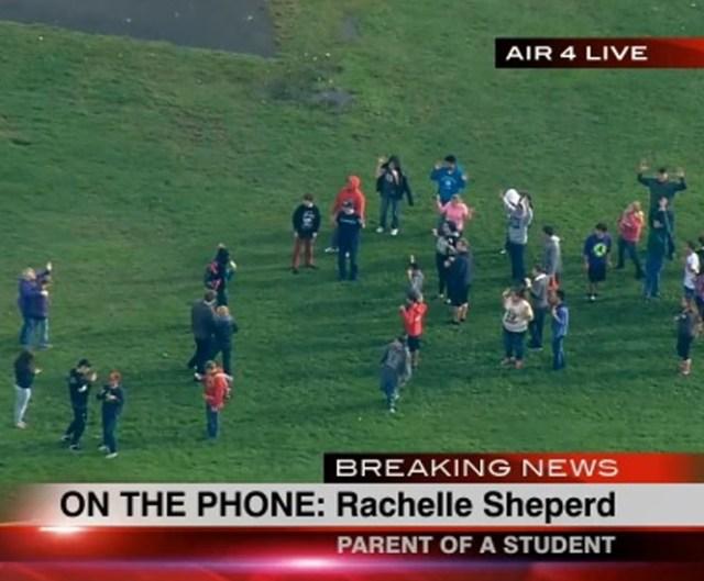 Los estudiantes de la preparatoria fueron evacuados luego de que se reportaran los disparos. FOTO: KOMO TV