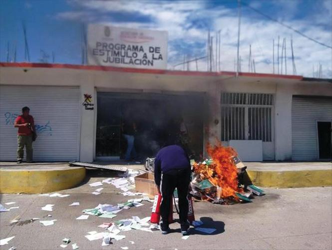 Aspecto del incendio en instalaciones educativas de Guerrero