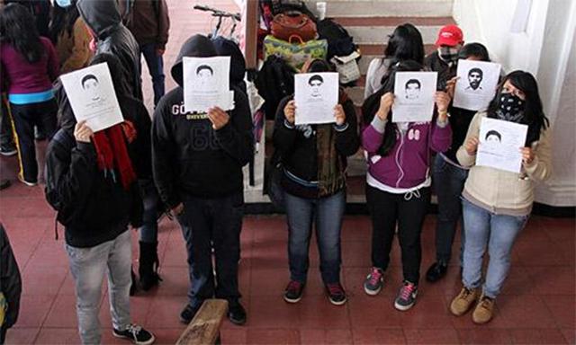 De manera pacífica, alrededor de 80 normalistas tomaron las instalaciones del Ayuntamiento en Chiapas por caso Ayotzinapa.