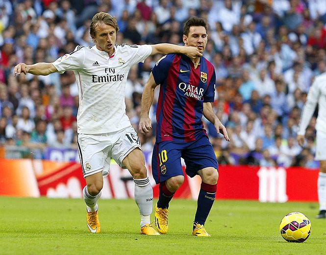 Messi se lleva un recuerdito de Modric (EFE)