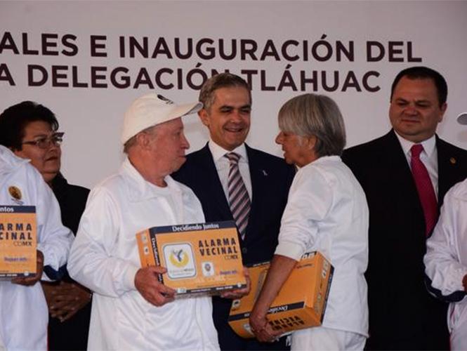 Un total de 8 mil nueve alarmas vecinales entregó el GDF a personas de Tláhuac.