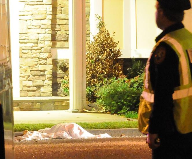 El cuerpo de Patricia Ward fue descubierto afuera de su edificio por los vecinos, quienes llegaron a creer que se trataba de una broma. FOTO: NY Post