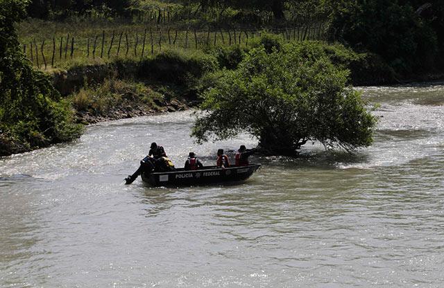 Los integrantes de la UPOEG partieron a las 05:00 horas al río de Cocula, para seguir con el rastreo en las fosas halladas.