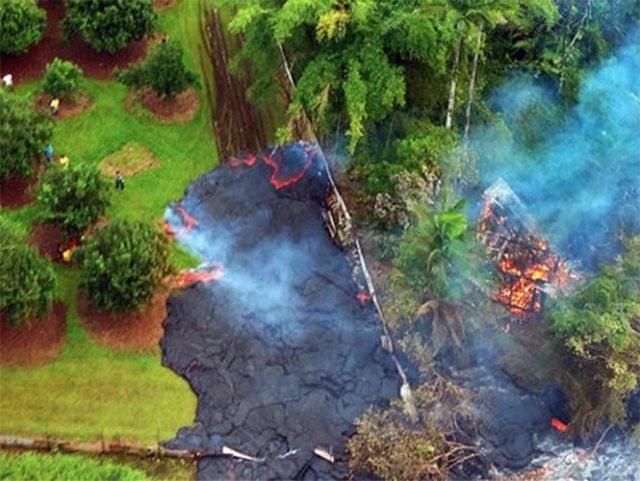 Pelé, la diosa hawaiana de los volcanes, se mueve lenta y persistentemente dejando tras de sí un rastro de lava por la Gran Isla de Hawai