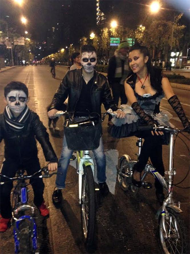 Cientos de ciclistas disfrazados participan en el Paseo Nocturno en el marco del Día de Muertos. Foto Maritza Contreras