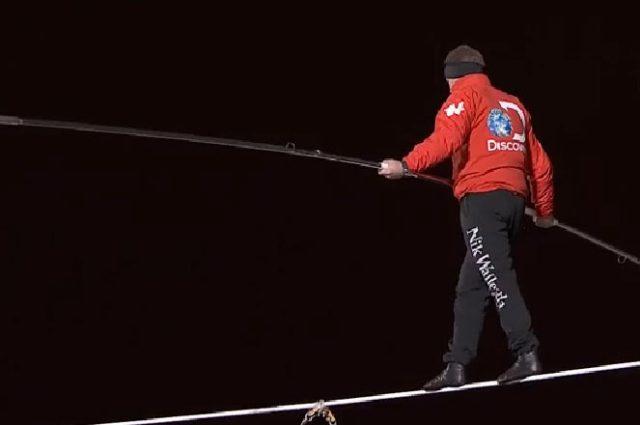 El acróbata Nik Wallend logró un récord Guinness más en su carrera, tras cruzar en la cuerda floja y con los ojos vendados de un rascacielos a otro (Foto: Tomada de Discovery Channel )