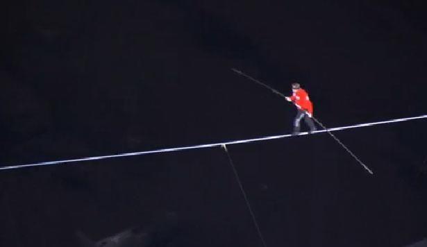 El acróbata Nik Wallend logró un récord Guinness más en su carrera, tras cruzar en la cuerda floja y con los ojos vendados de un rascacielos a otro (Foto: Tomada de Discovery Channel)