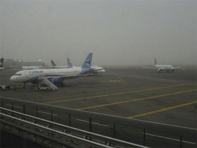 El Aeropuerto Internacional de la Ciudad de México opera con normalidad a pesar del banco de niebla que cubre la zona oriente del DF. Foto Archivo