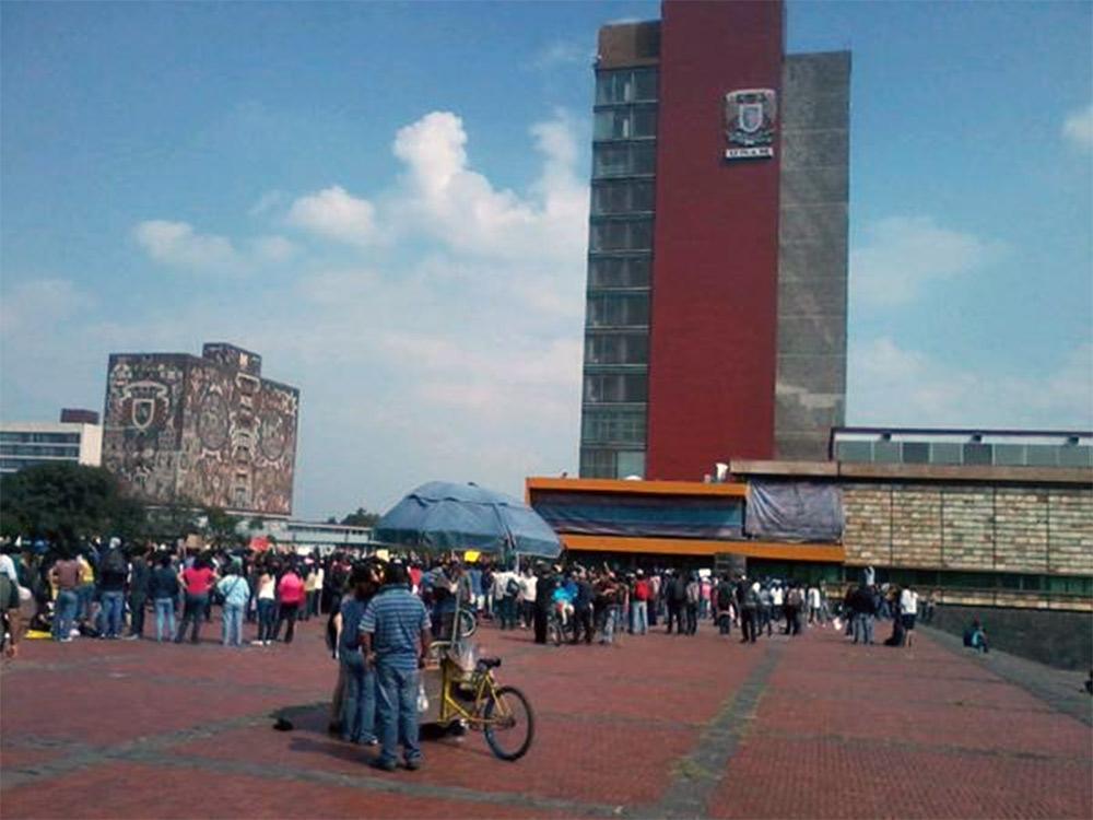 Los jóvenes se congregan al exterior de la Rectoría de la UNAM.