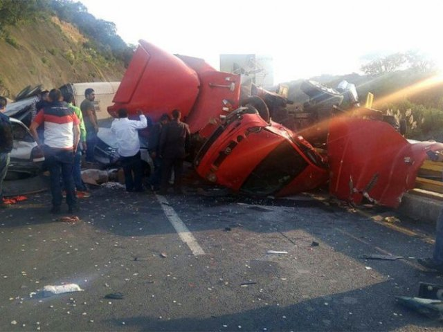 Aparatoso accidente en Chamapa-La Venta deja 5 lesionados
