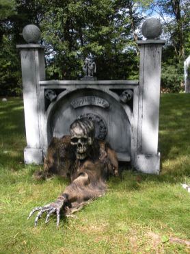 Scary Front Yard Halloween Decoration Ideas 60