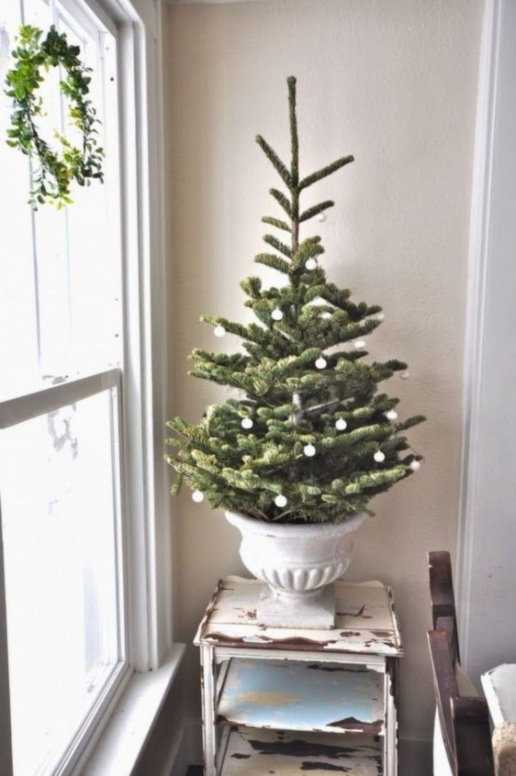 Space Saving Christmas Tree Ideas Suitable For Small Rooms 04