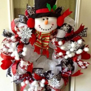 Colorful Christmas Wreaths Decoration Ideas For Your Front Door 39
