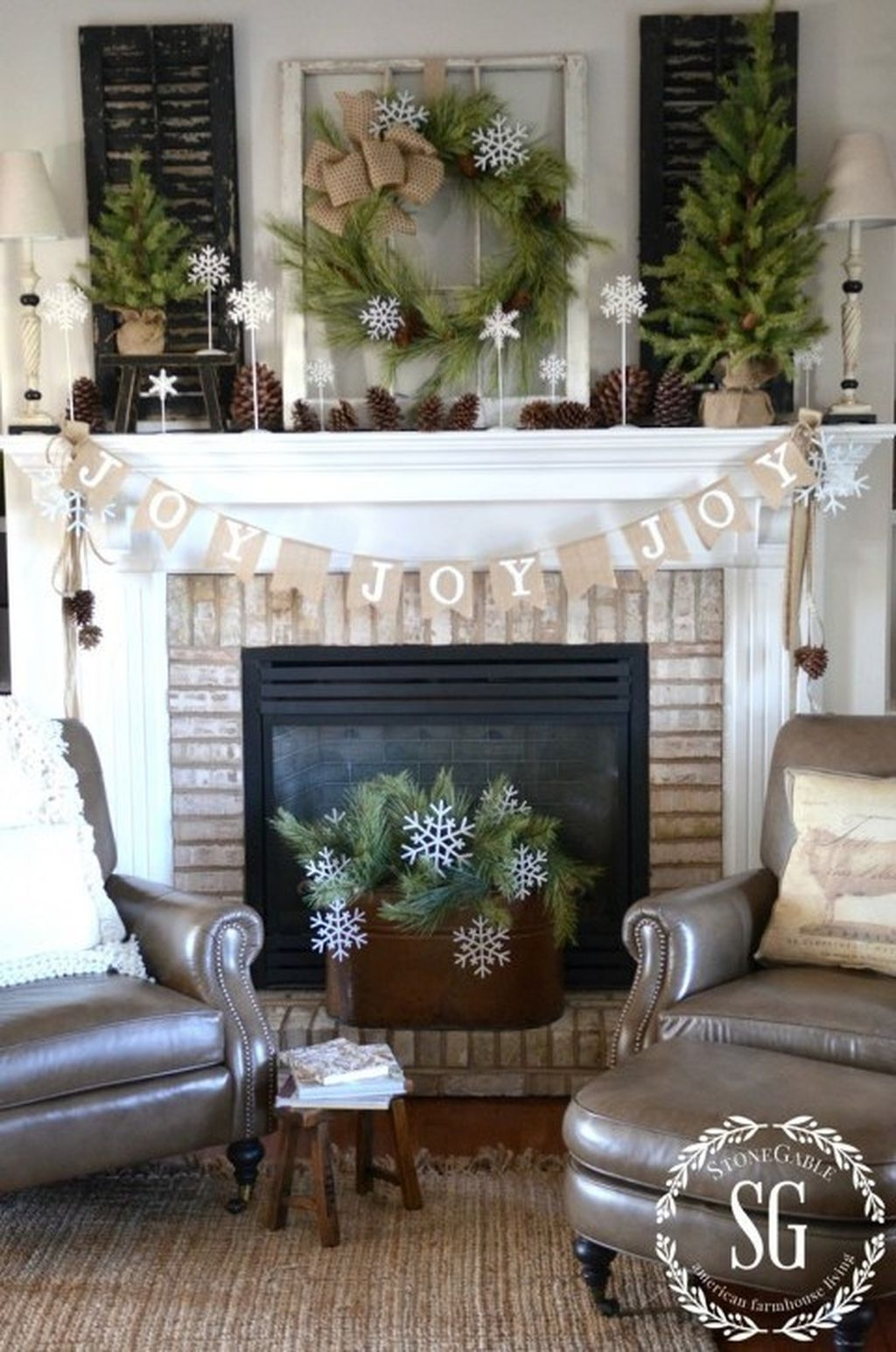 Cozy Fireplace Christmas Decoration Ideas To Makes Your Room Keep Warm14