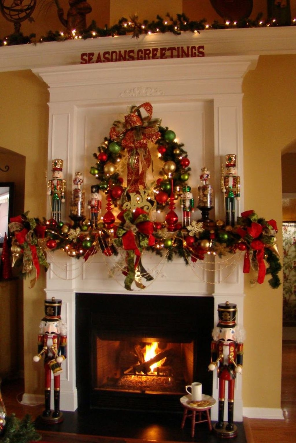 Cozy Fireplace Christmas Decoration Ideas To Makes Your Room Keep Warm30