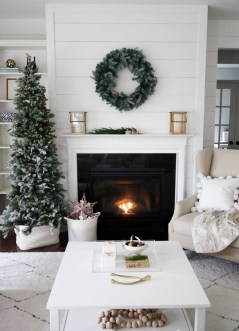 Cozy Fireplace Christmas Decoration Ideas To Makes Your Room Keep Warm35