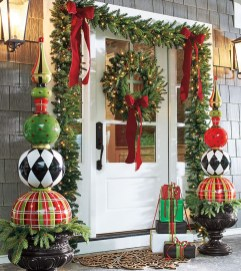 Welcoming And Cozy Christmas Entryway Decoration Ideas02
