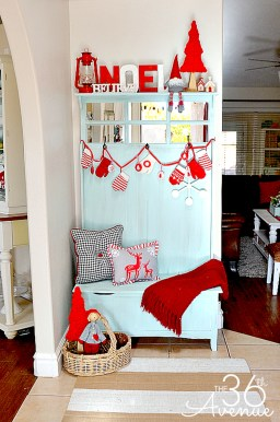 Welcoming And Cozy Christmas Entryway Decoration Ideas07