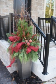 Welcoming And Cozy Christmas Entryway Decoration Ideas13