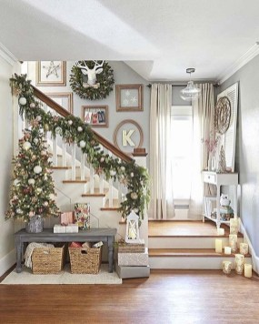 Welcoming And Cozy Christmas Entryway Decoration Ideas17