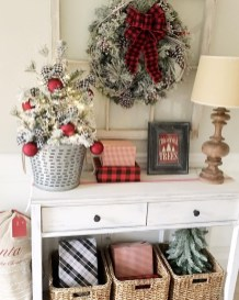 Welcoming And Cozy Christmas Entryway Decoration Ideas19