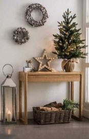 Welcoming And Cozy Christmas Entryway Decoration Ideas21