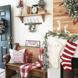 Welcoming And Cozy Christmas Entryway Decoration Ideas23