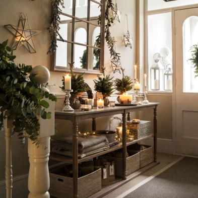 Welcoming And Cozy Christmas Entryway Decoration Ideas24