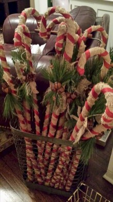 Welcoming And Cozy Christmas Entryway Decoration Ideas25