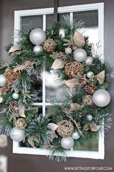 Welcoming And Cozy Christmas Entryway Decoration Ideas31