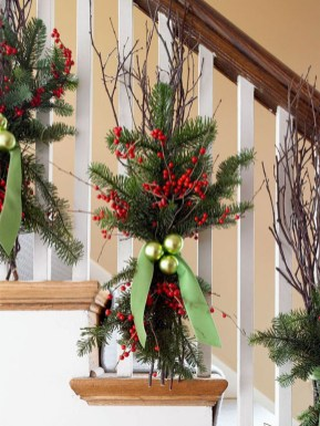 Welcoming And Cozy Christmas Entryway Decoration Ideas33