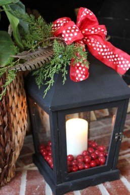 Welcoming And Cozy Christmas Entryway Decoration Ideas34