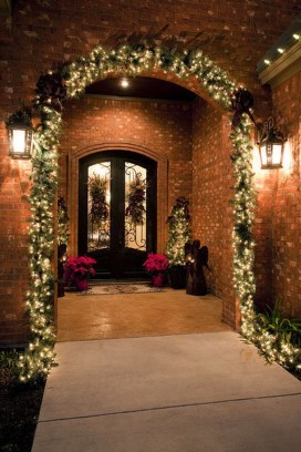 Welcoming And Cozy Christmas Entryway Decoration Ideas40