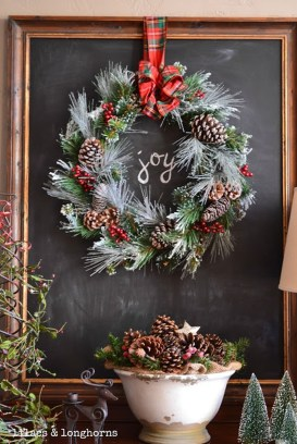 Welcoming And Cozy Christmas Entryway Decoration Ideas42