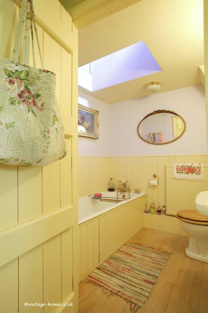 Lovely Sunny Yellow Bathroom Design Ideas 17