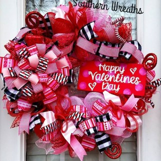 Festive Valentine Porch Decorating Ideas 40