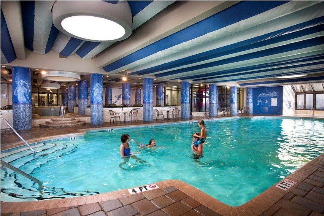 Adorable Small Indoor Swimming Pool Design Ideas 17