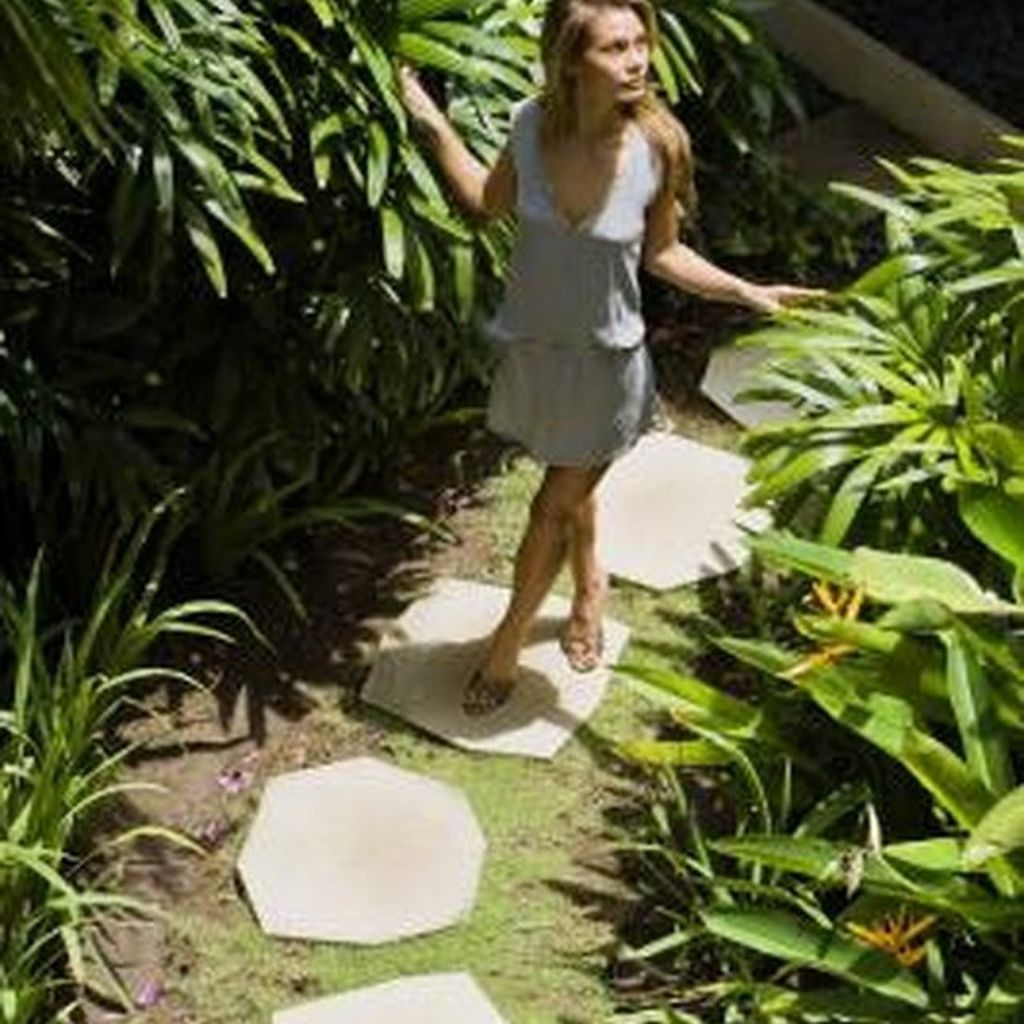 Stylish Stepping Stone Pathway Décor Ideas 39