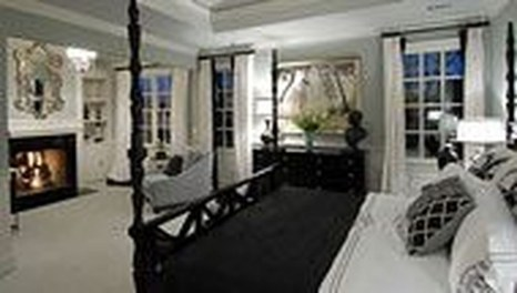 Stunning White Black Bedroom Decoration Ideas For Romantic Couples25
