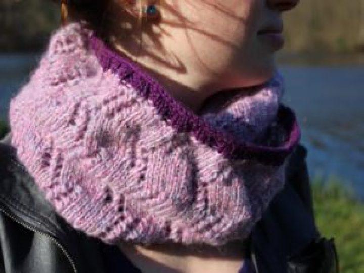 col tricoté avec motif dentelle