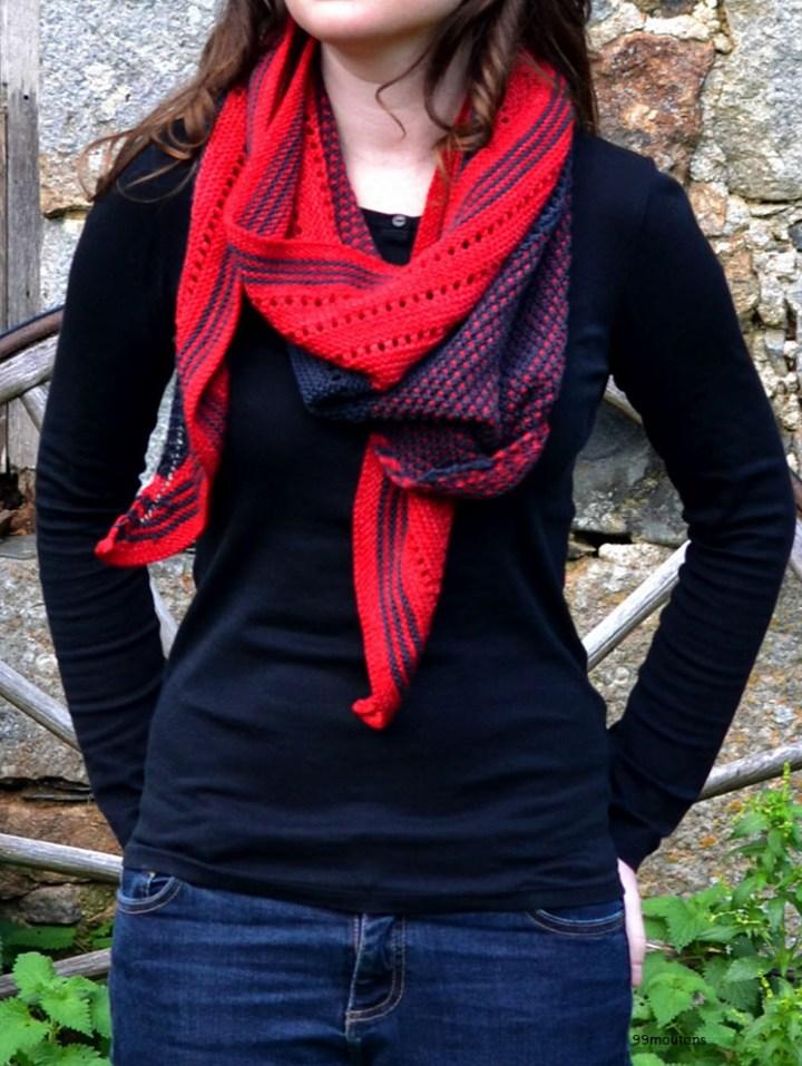 châle rouge et noir enroulé autour du cou