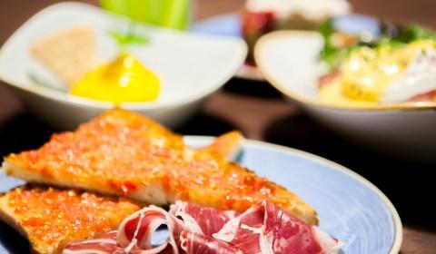 Desayuno de calidad, jamón ibérico, tostadas, pan con tomate, restaurante, 9 Granados