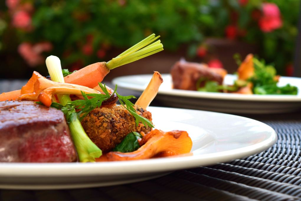 carne con verduras, restaurante, producto de proximidad