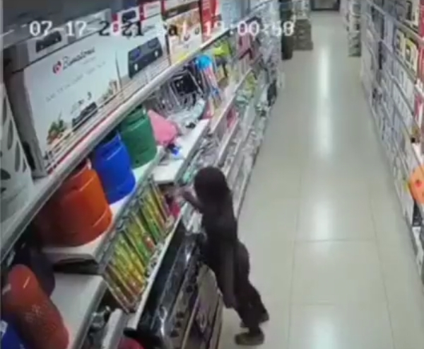 Video of Ebeano Supermarket set on fire by 9 year old girl