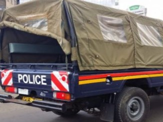 Two prisoners escape from police officer who escorted them to toilet